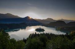 Lever de soleil au-dessus de lac saigné avec l'église de St Marys de l'hypothèse sur la petite île Saigné, la Slovénie, l'Europe photographie stock