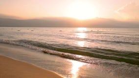 Lever de soleil au-dessus de mer clips vidéos