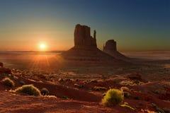 Lever de soleil au-dessus de parc tribal de vallée de monument en frontière du l'Utah-Arizona, Etats-Unis photographie stock