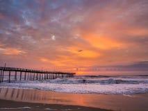 Lever de soleil au-dessus de pilier de pêche chez Carolina Outer Banks du nord photo libre de droits