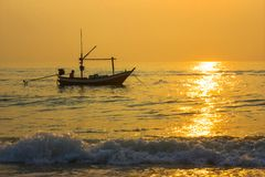 Lever de soleil au-dessus de plage en Hua Hin photo libre de droits
