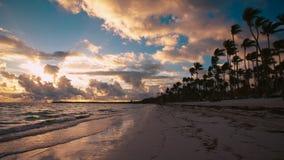 Lever de soleil au-dessus de plage et de palmiers tropicaux d'île La république dominicaine de Punta Cana banque de vidéos