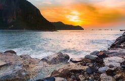 Lever de soleil au-dessus de plage de roche photo libre de droits