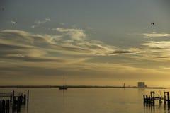 Lever de soleil au-dessus de rivière indienne dans Titusville, la Floride Image libre de droits