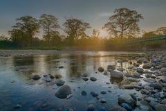 Lever de soleil au-dessus de rivière de Murti, Dooars, le Bengale-Occidental, Inde Photos libres de droits