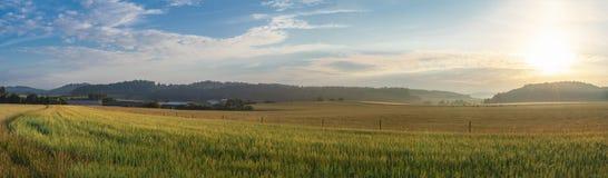 Lever de soleil au-dessus de village et de champs agricoles Photo libre de droits