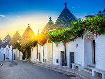 Lever de soleil au-dessus de village de Trulli - Alberobello image stock