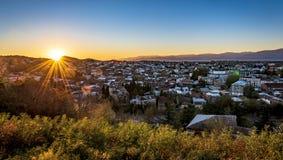 Lever de soleil au-dessus de ville de Kutaisi images libres de droits