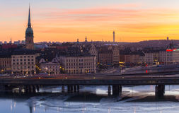 Lever de soleil au-dessus voies de ville et de train du ` s de Stockholm de vieilles Photo stock