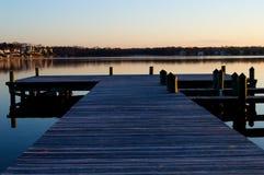 Lever de soleil au dock sur la rivière Image libre de droits