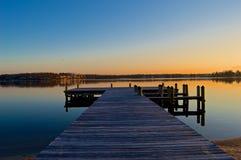 Lever de soleil au dock sur la rivière Images stock