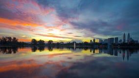Lever de soleil au lac Titiwangsa chez Kuala Lumpur, Malaisie Photos stock