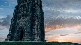 Lever de soleil au massif de roche de Glastonbury photographie stock libre de droits