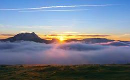 Lever de soleil au matin brumeux de Saibi avec la montagne d'Anboto Image libre de droits