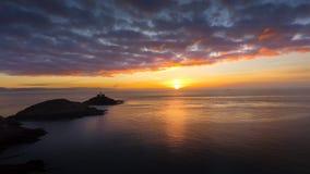 Lever de soleil au phare de marmonnements à Swansea Photos stock