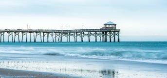 Lever de soleil au pilier atlantique de plage sur Emerald Isle Photos libres de droits