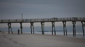 Lever de soleil au pilier atlantique de plage sur Emerald Isle Image libre de droits