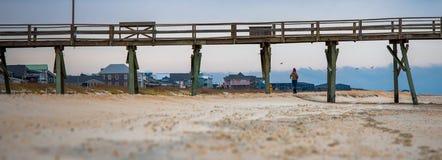Lever de soleil au pilier atlantique de plage sur Emerald Isle Photos stock