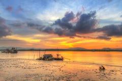 Lever de soleil au port de l'île de Kho Khao de KOH Photographie stock libre de droits