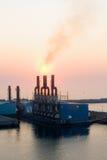 Lever de soleil au port industriel Image libre de droits