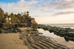 Lever de soleil au sanctuaire de bolong de batu, Indonésie images libres de droits