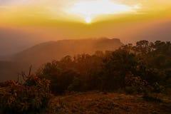 Lever de soleil au sommet de montagne dans le nord de la Thaïlande Images libres de droits