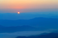 Lever de soleil aux montagnes. Image stock