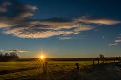 Lever de soleil aux prés photographie stock libre de droits
