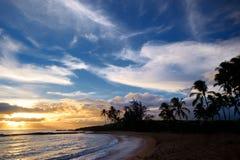 Lever de soleil avec des palmiers en parc de plage d'étang de sel Photo stock