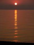 Lever de soleil avec des vagues au-dessus de la mer Image stock