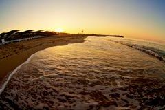 Lever de soleil avec l'onde sur la plage Photo libre de droits