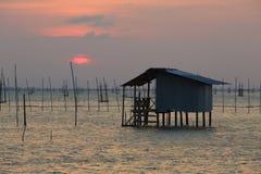 Lever de soleil avec la maison Image libre de droits