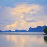 Lever de soleil avec la mer et la montagne dans le village de pêche Bangpat Photographie stock libre de droits