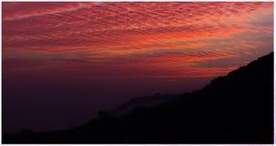 Lever de soleil avec la montagne brumeuse Photos stock