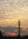 Lever de soleil avec la tour de téléphone portable Photo stock