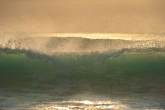 Lever de soleil avec la vague parfaite Photographie stock libre de droits