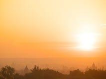Lever de soleil avec la vue de pagodas de Bagan Image stock