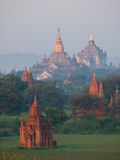 Lever de soleil avec la vue de pagodas de Bagan Images stock