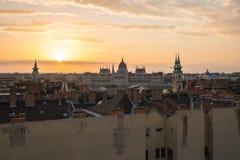 Lever de soleil avec la vue de l'horizon de ville de Budapest en Hongrie Photographie stock