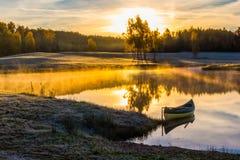 Lever de soleil avec le bateau Images stock