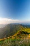 Lever de soleil avec le brouillard sur la vallée de montagne Photographie stock