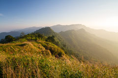 Lever de soleil avec le brouillard sur la vallée de montagne Photos stock