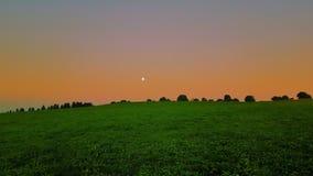 Lever de soleil avec le clair de lune images stock