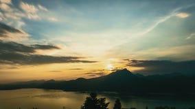 Lever de soleil avec le lac et les nuages - TimeLapse banque de vidéos