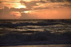 Lever de soleil avec le ressac fâché Photo libre de droits