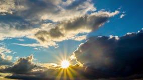 Lever de soleil avec les nuages foncés, temps-faute