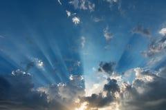 Lever de soleil avec les rayons légers Photos stock