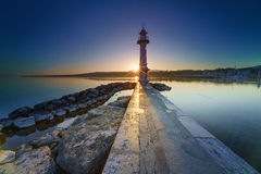 Lever de soleil avec sunstar au phare de Paquis, ville de Genève Images stock