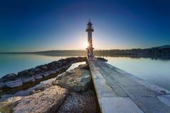 Lever de soleil avec sunstar au phare de Paquis, ville de Genève Image libre de droits