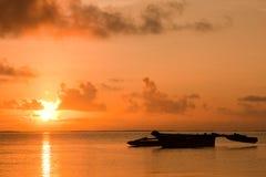 Lever de soleil avec un bateau africain Photo stock